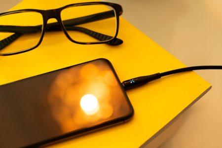 Smart ladekabel ved siden av briller